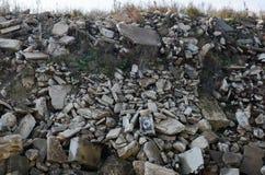 Spreco, blocchetti del cemento armato e montaggi arrugginiti Detriti di edifici Ecologia, globalizzazione Lastre di cemento armat immagine stock