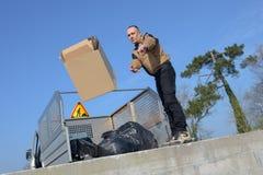 Spreco di riciclaggio municipale di caricamento del camion del collettore di immondizia del lavoratore Fotografia Stock