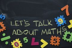 Spreek over wiskunde op een bord wordt ingeschreven dat stock foto