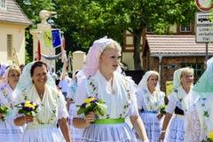 Spreewald i ochrona w Luebbenau 7/2/2016 młodych kobiet w tradycyjnych krajowych kostiumach bomblowania drewno obraz royalty free