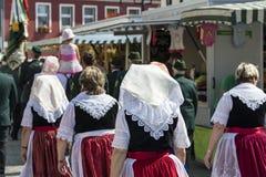 Spreewald och skydd-fast i Luebbenau 7/2/2016 kvinnor i Spreewald medborgaredräkter med hättor Royaltyfria Bilder