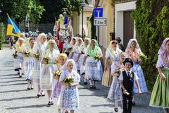 Spreewald und Schutz-fest in Luebbenau 7/2/2016 Bewegung in den traditionellen nationalen Kostümen des Gelageholzes Stockfoto