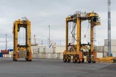 Spreizen Sie Fördermaschinen in einem beschäftigten Hafen stockfoto