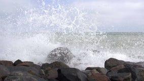 Sprej av bränningen på Rocky Seashore långsam rörelse arkivfilmer