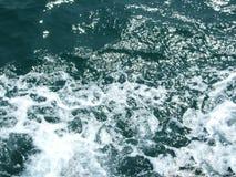 Sprej av havsskum i vattnet arkivfoto