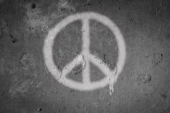 Sprej för fredsymbol som målas på väggen royaltyfri foto