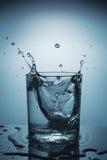 Sprej i ett exponeringsglas av vatten Royaltyfria Foton