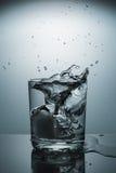 Sprej i ett exponeringsglas av vatten Royaltyfria Bilder