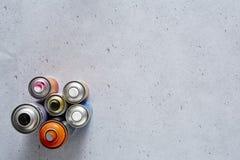 Sprejcans grafiskt på betong fotografering för bildbyråer