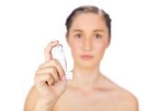 Sprejflaska för astma för naturlig barnmodell hållande Arkivfoto