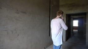 Sprekend op Telefoon, Mens met Rode Haren die Telefoongesprek bijwonen stock footage