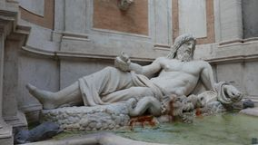 Sprekend standbeeld in Rome stock footage