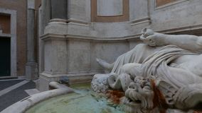 Sprekend standbeeld in Rome stock video