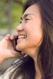 Sprekende de celtelefoon van de vrouw royalty-vrije stock fotografie