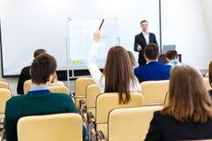 Spreker die aan publiek op commerciële vergadering bij conferentiezaal spreken stock afbeeldingen