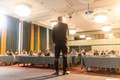 Spreker die een bespreking op wetenschappelijke conferentie geven royalty-vrije stock foto