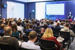 Spreker die een bespreking op wetenschappelijke conferentie geven Publiek bij de conferentiezaal Bedrijfs en ondernemerschapsconc Royalty-vrije Stock Foto