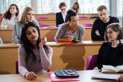 Spreker en multinationale groep studenten in een auditorium stock afbeeldingen