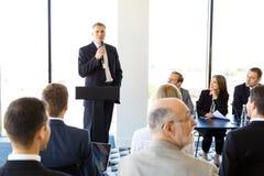 Spreker en publiek op conferentie royalty-vrije stock afbeeldingen