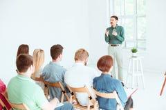 Spreker op Commerciële Vergadering in de conferentiezaal stock foto