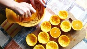 Spremiagrumi che producono il succo di frutta arancio Fine su della macchina di Juicing e del vetro del succo d'arancia che otten archivi video