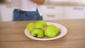 Spremiagrumi che producono il succo di mele Fine su della macchina di Juicing, delle mele rosse e verdi della frutta e del vetro  video d archivio