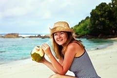 Spremuta bevente della noce di cocco della donna Fotografia Stock Libera da Diritti