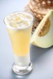 Spremuta del melone del miele immagini stock