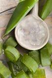 Spremuta della vera dell'aloe con i fogli freschi Fotografie Stock