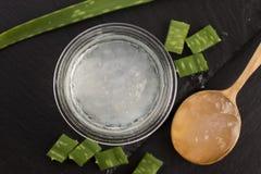 Spremuta della vera dell'aloe con i fogli freschi Fotografia Stock