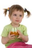 Spremuta di carota sveglia della bevanda della bambina Fotografia Stock Libera da Diritti