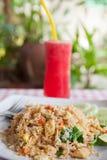 Spremuta rossa dell'anguria e riso fritto di verdure del tofu Immagini Stock