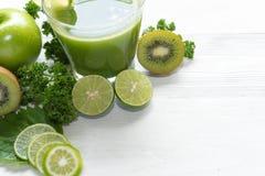 Spremuta sana Verdura verde organica e fresca verde del frullato, per la disintossicazione, la dieta e la perdita di peso sui pre fotografia stock libera da diritti