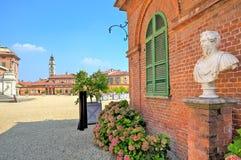 Sprengen Sie auf Kies und Backsteinhaus in Piemont, Italien. stockfoto