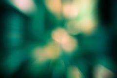 Sprengen Sie Zoom von bokeh Licht in Steigung grünem und gelbem backgroun Stockfotografie