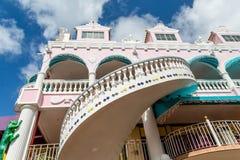 Sprial trappuppgång på rosa stuckaturbyggnad Royaltyfri Bild
