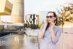 Spricht kaukasische Geschäftsfrau des jungen smiley auf dem SmartpH Lizenzfreies Stockfoto