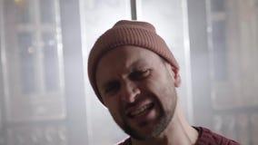 Spricht reifes Braun gemusterter bärtiger Mann im Pullover emotional im leeren Raum stock video