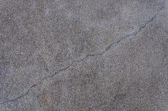 Spricka av asfaltvägen, texturbakgrund Arkivbilder