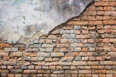 Spricka av tegelstenväggen royaltyfri foto