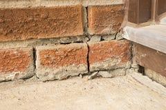 Spricka för väggtegelstenhörn Arkivbild