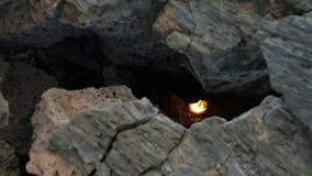 Spricka i det djupfrysta lavaflödet resultera från utbrottlägenheten Tolbachik i längd i fot räknatvideo för 2012 materiel stock video