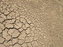 Spricka på bakgrund för torr jord Arkivbild