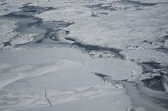 Spricka på en isyttersida av den djupfrysta floden Royaltyfri Foto