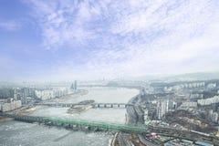 Spricka på en isyttersida av den djupfrysta Han River bästa sikten i wint Royaltyfria Bilder