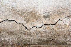 spricka Textur av gammal målad vit murbruk sprucken vägg Arkivbilder