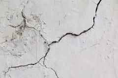 spricka Textur av gammal målad vit murbruk sprucken vägg Royaltyfri Foto