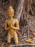 Sprickabuddha staty på jordningen Arkivbild