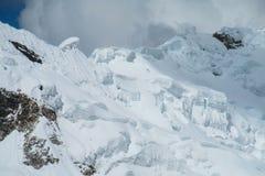 Sprickor för Huascaran snöberg Arkivfoton