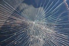 Sprickor från inverkan på vindrutan av bilen royaltyfria foton